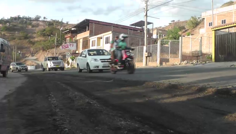 (Video) Por segundo día consecutivo continúan los trabajos de recapeo de la vía Loja-Catamayo.