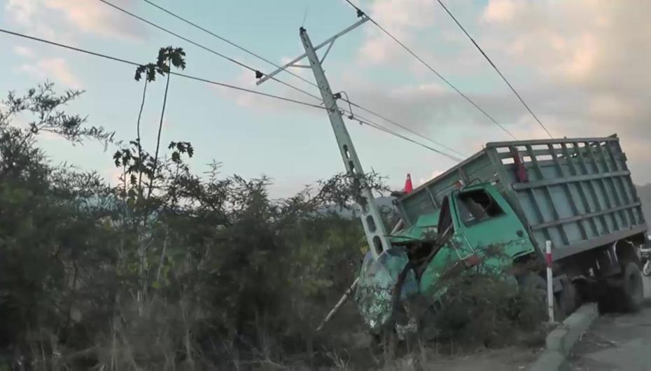 (Video) Ocupantes de un camión quedaron gravemente heridos, tras impacto contra poste en Catamayo.