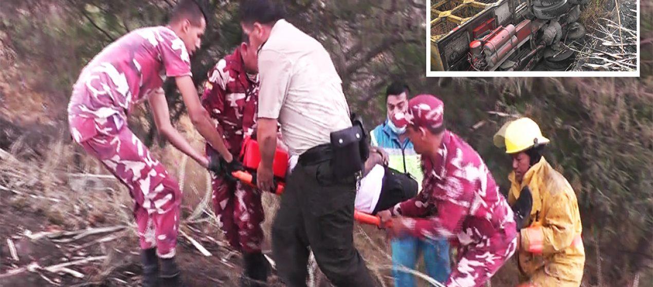 (VIDEO) Conductor resultó herido tras volcamiento de camión de transporte de caña