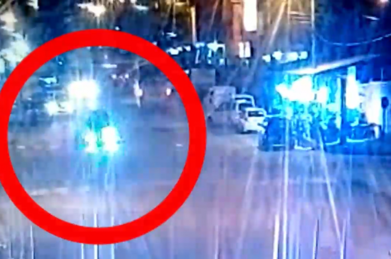 (VIDEO) Cámaras de seguridad registran el momento exacto cuando vehículo impactó a tres personas