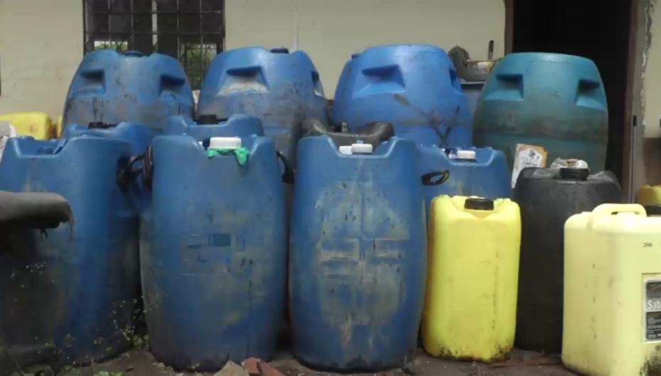 (Video) Más de mil litros de licor artesanal fueron decomisados por Policía Nacional en Catamayo.