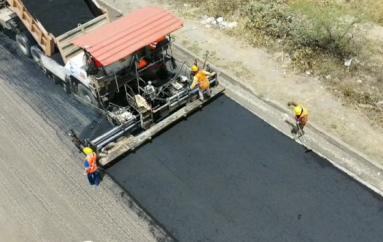 Inició colocación de asfalto de los primero 5 kilómetros de la vía Loja – Catamayo