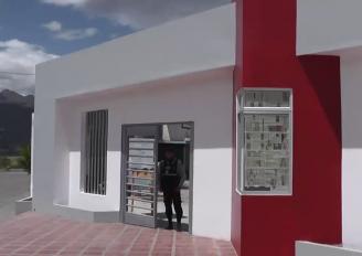 (Video) La Unidad Educativa Emiliano Ortega Espinoza cuenta con nueva entrada principal.
