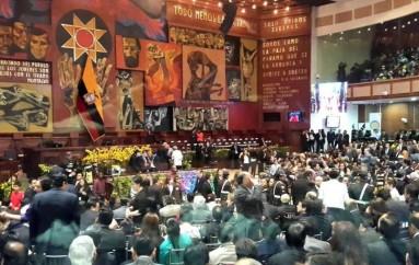 Caravana presidencial de Rafael Correa llegó a la Asamblea Nacional