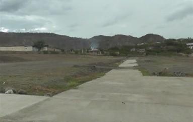 (Video) Pese a dificultades económicas, la construcción del parque de los abuelitos no se ha detenido dice moradora
