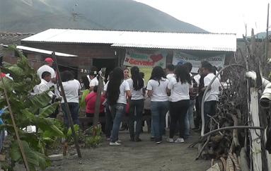 (Video) Estudiantes de bachillerato internacional construyeron casa a familia de escasos recursos.
