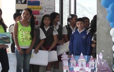(Video) Exposiciones en ingles por estudiantes motivan a docentes y padres de familia.