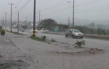 (Video) Fuertes lluvias inundaron vía a la costa y generaron daños en calles de Catamayo.