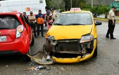 (Video) Accidente de tránsito en Catamayo deja daños materiales.