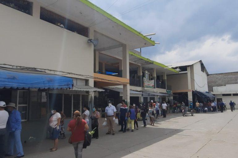 Gran afluencia de personas este lunes en el mercado central de la ciudad de Catamayo.