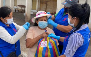 Cáritas parroquial junto al párroco de Catamayo entregaron ayudas a familias necesitadas