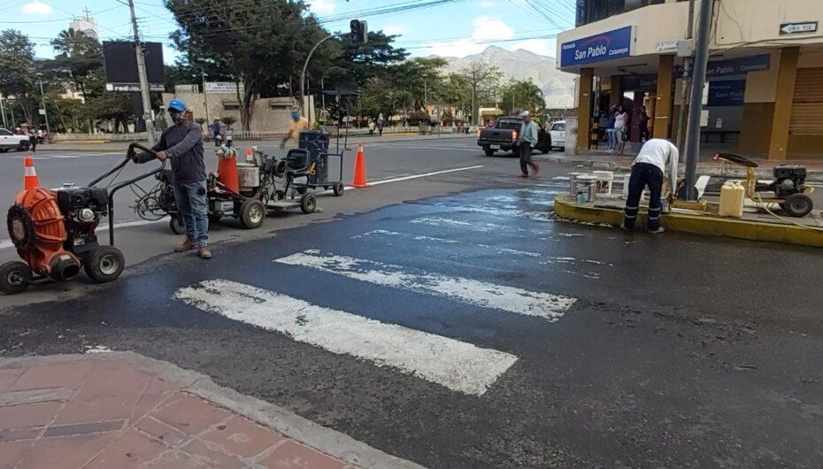 Unidad de Tránsito municipal de Catamayo da mantenimiento a señalética horizontal.