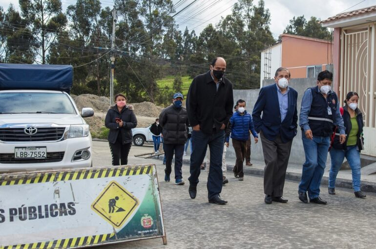 Autoridades de Loja constatan avances del asfaltado en Ciudad Alegría