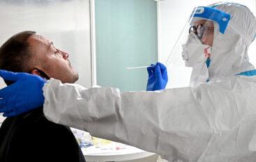 Personal de salud toma pruebas de covid-19 a pacientes en el centro de Catamayo