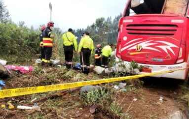 Al menos 8 muertos y 20 heridos en accidente de bus en la vía Pifo – Papallacta
