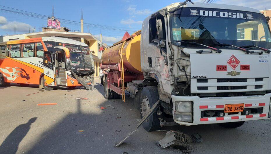 Fuerte impacto entre dos vehículos pesados en Catamayo dejó daños materiales