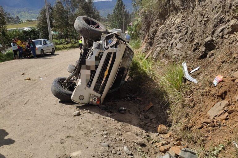 Varias personas resultaron heridas tras el volcamiento de un vehículo en Loja