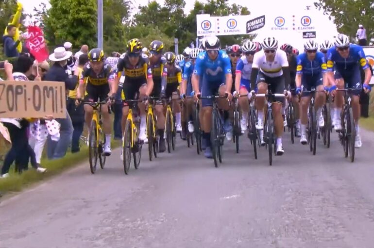 Masiva caída en el Tour de Francia generado por un aficionado