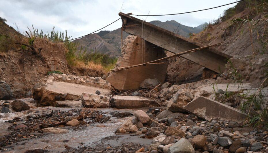 Autoridades constatan el estado actual de la vía y el puente que une a este sector con el Barrio Chichaca