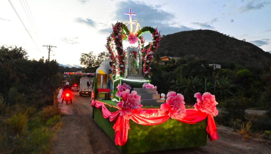 En caravana fue transportada la sagrada imagen hasta el la iglesia del barrio Trapichillo.