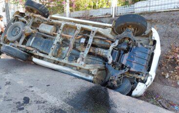 Un fuerte impacto en dos vehículos en Catamayo generó el volcamiento de uno de estos