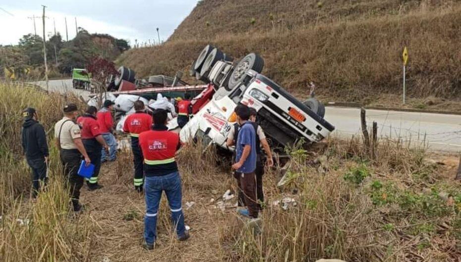 Un tráiler del consorcio EUT de Zamora Chinchipe se volcó en el cantón Chaguarpamba